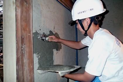 左官コテを持って土壁塗り 伝統的な左官工事を体験