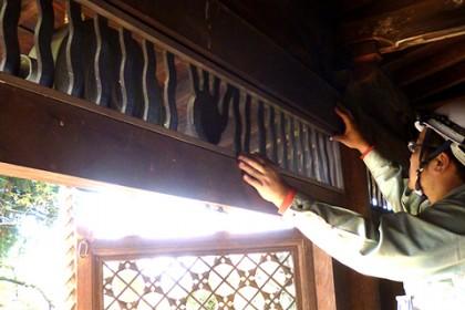 連子窓部に網枠を仮設で取り付ける