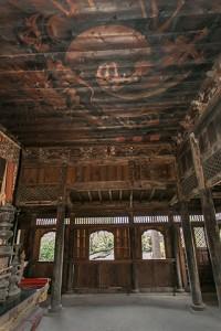 本来の幽玄さを取り戻した堂内、鏡天井には竜が渦を巻いている