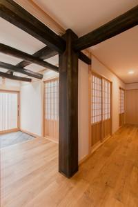 竣工内観 玄関に据えられた大黒柱と梁(古材セット)