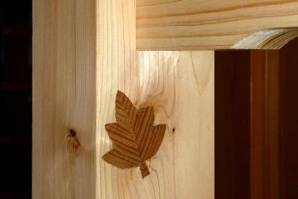 手すりの装飾埋め木 巧妙に材の節穴を隠している
