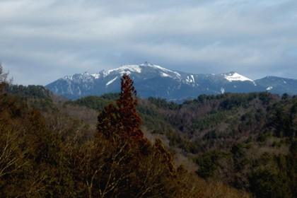 北に奥秩父の最高峰、金峰山を仰ぐ