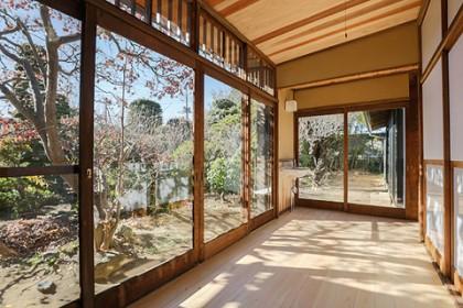 冬の光降りそそぐ広縁 使用されているのは木製建具