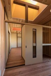 納戸から箪笥部屋方向を見る 北側に配された部屋にトップライトの自然光がふりそそぐ