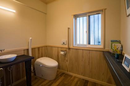 トイレ、洗面台 飾り棚に解体された床の間の部材などが使用された