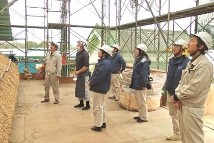 設計監理担当、文化財建造物保存技術協会の久保先生(左端)に現場を案内して頂きました