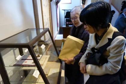 1階では蛇笏の手帳など2人のゆかりの品を展示