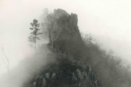 霧に巻かれて道に迷いたどり着いた巨大な岩峰