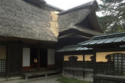 玄関屋根と主屋大屋根が取り合う谷部 (玄関西側)