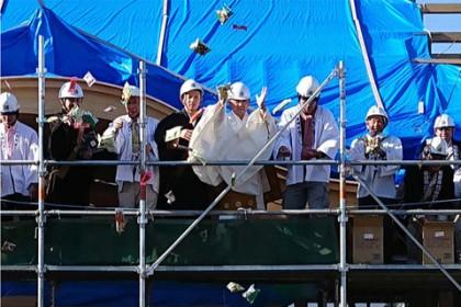 ステージに上っているのは岡副住職、総代役員、棟梁職方の面々