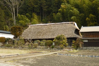 正面から市川家住宅を見る 左に蔵、右に納屋がある