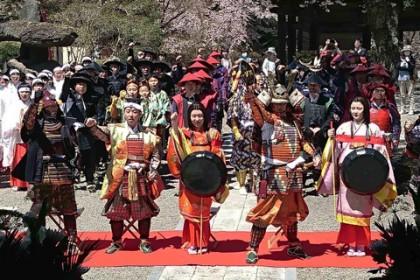 御本堂前の境内で勝頼公率いる武田軍団の出陣式が執り行われた