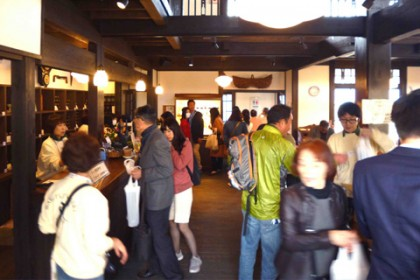 大黒柱や大梁が造る歴史的な大空間で大勢のお客様が楽しまれました