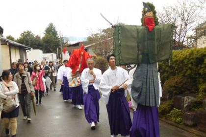 天津司神社から御成道を諏訪神社に向かって御幸する「御鹿島(おかしま)様」 両手には剣、顔は赤い布で隠す