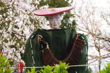 諏訪神社で舞芸を披露する「御編木(おささら)様」