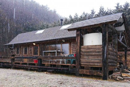 標高が1000mを超える山の家 午後からみぞれ混じりの雪が降り出した