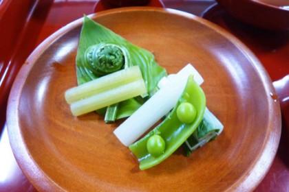 木皿は季節の山菜の盛り合わせ