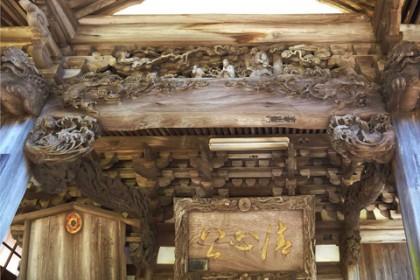 仏堂を飾る見事な彫刻